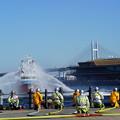 写真: 消防船の放水