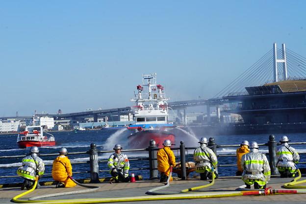 消防船の放水