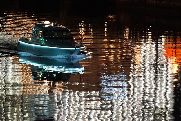 ネオンの海のボート