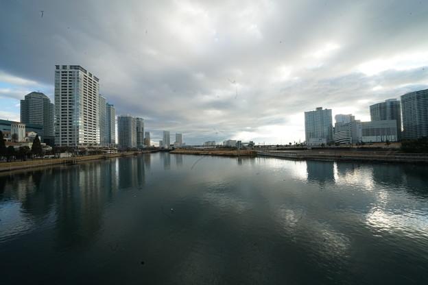運河と高層ビル群