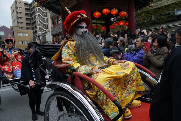 人力車に乗る皇帝