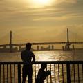 Photos: 海釣りする親子