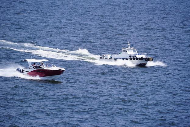 疾走する船