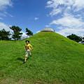 Photos: 丘を駆け降りる少年
