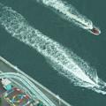 疾走する二艘の船