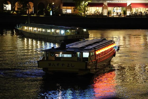 営業中の屋形船