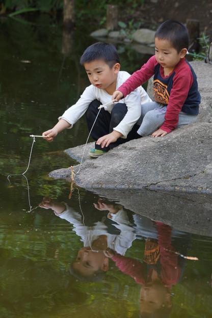 釣りする兄弟