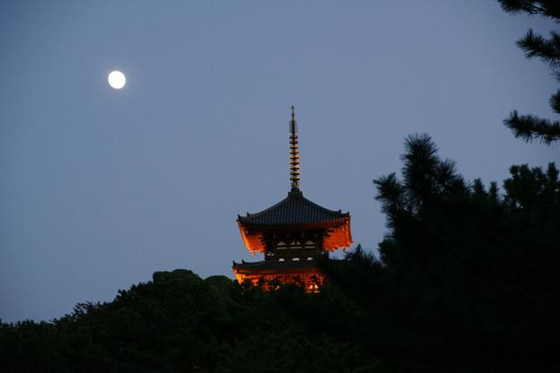 月と三重塔