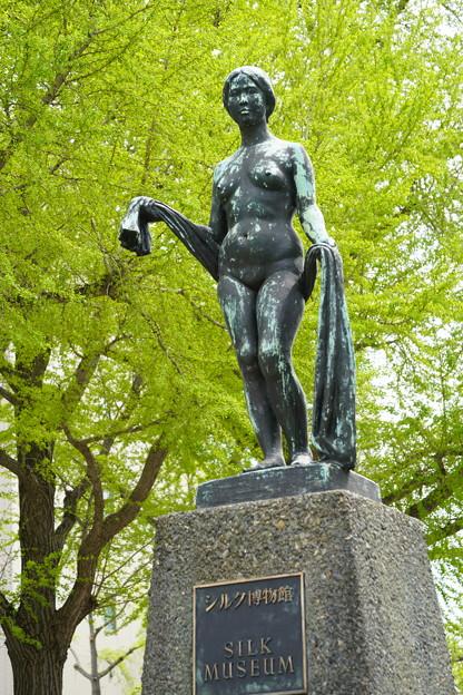 シルク博物館前の像