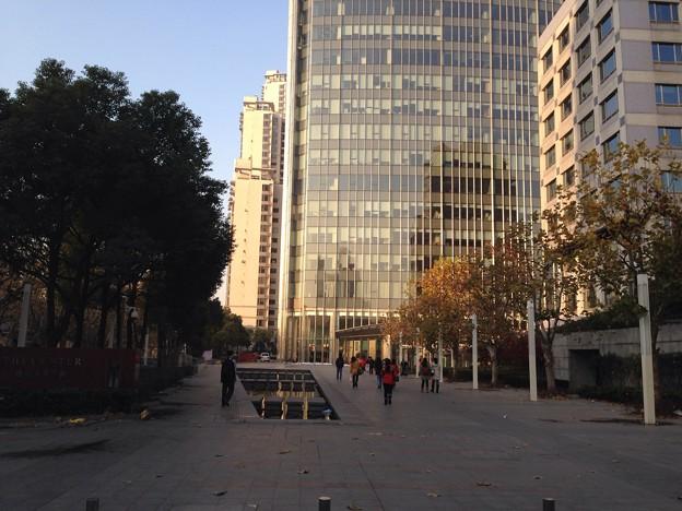 上海常熟路のオフィスビルと朝日