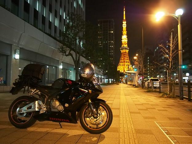 「夜の東京タワーと愛車」