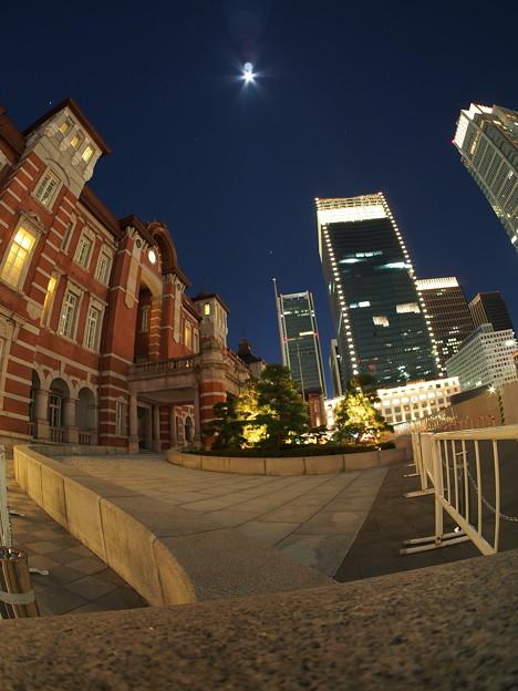 丸の内駅舎と月