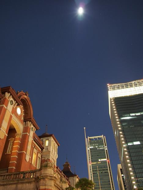 「丸の内駅舎と月」