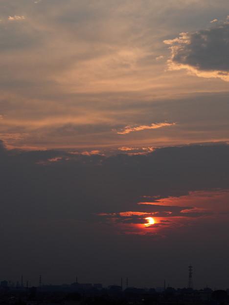 雲の切れ間から夕陽が