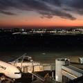 Photos: 夕暮れの羽田空港と富士山