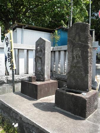 虎狛神社(佐須)-06庚申塔?と観音像?_鳥居ある通りの右