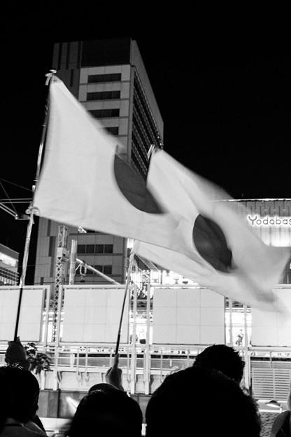 秋葉原劇場(はためく国旗)