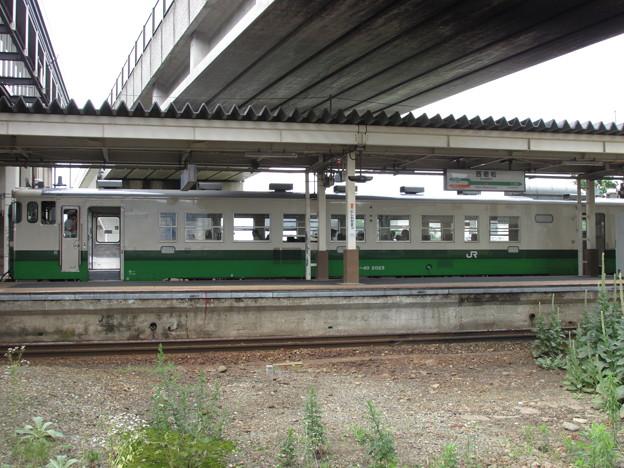 西若松駅に停車する只見線列車
