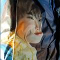 Photos: みょ~に立体なくしゃくしゃの新聞は、かわいいモデルさんさえもブサイクに変えてしまうw