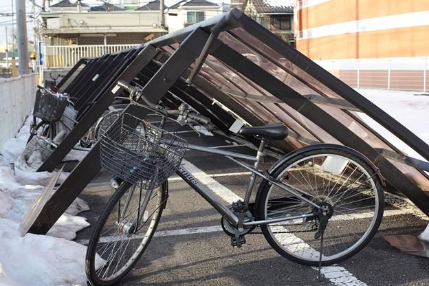 自転車置き場の屋根崩落