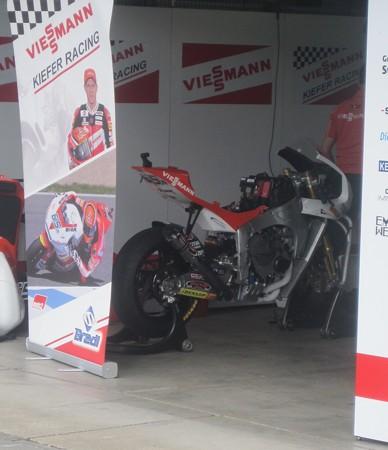 71_65_stefan_bradl_viessmann_kiefer_racing_kalex_2011_rd15_motegi