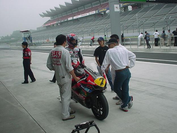 写真: 21_2005_atushi_watanabe_yoshimura_suzuki_jomo_with_srixon_racing_team