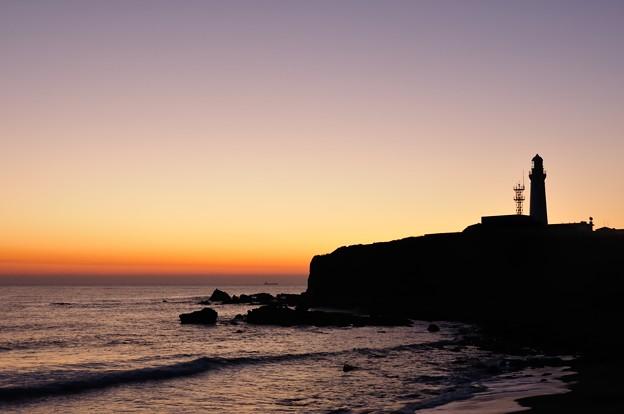 写真: 夜明け前の君ヶ浜と犬吠埼灯台