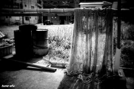 網とドラム缶