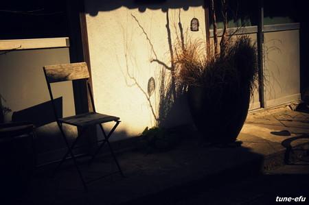 古い椅子とハートの影