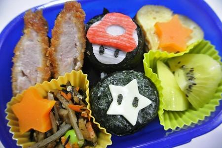 「ダッシュキノコとスター(マリオキャラ)おにぎり弁当」