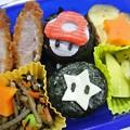 写真: 「ダッシュキノコとスター(マリオキャラ)おにぎり弁当」