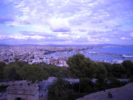 空と海と町並みと