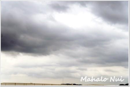 雷ゴロゴロ。今にも雨が降り出しそうな空
