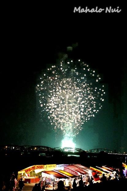 写真: 淀川花火大会の花火と屋台の共演