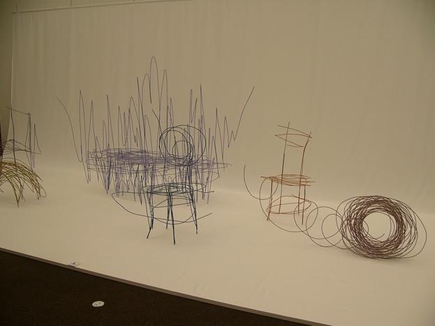 写真: 針金椅子
