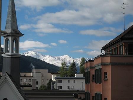 町から見える雪積もる山