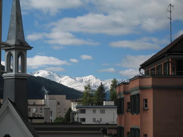 写真: 町から見える雪積もる山