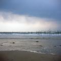 写真: 曇天の浜辺