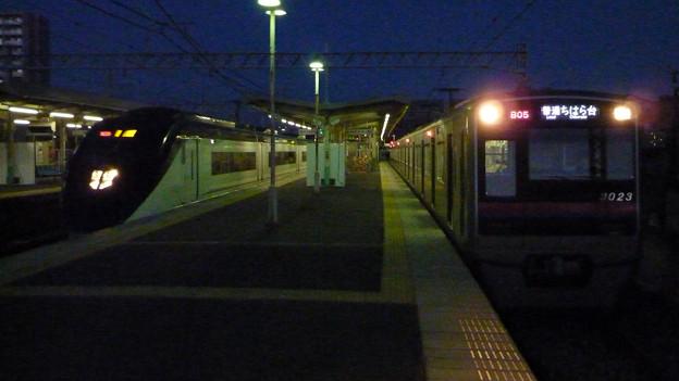 写真: 夜明けの京成千住大橋駅ホーム