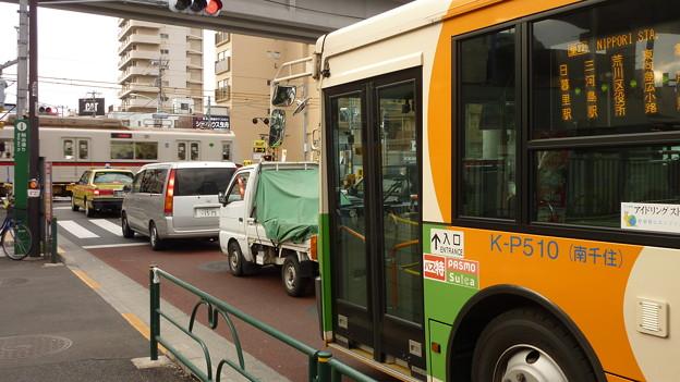 都バスが明治通りで…