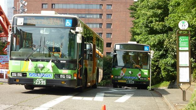 東京タワー前バス停にて…。