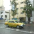 写真: 雨の車窓