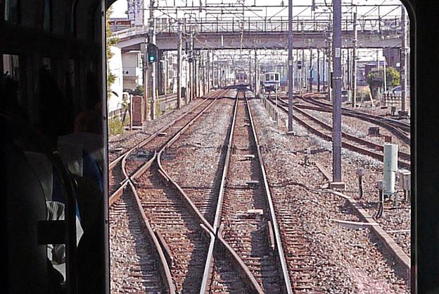 同一線路上の下り急行列車が場外停車中