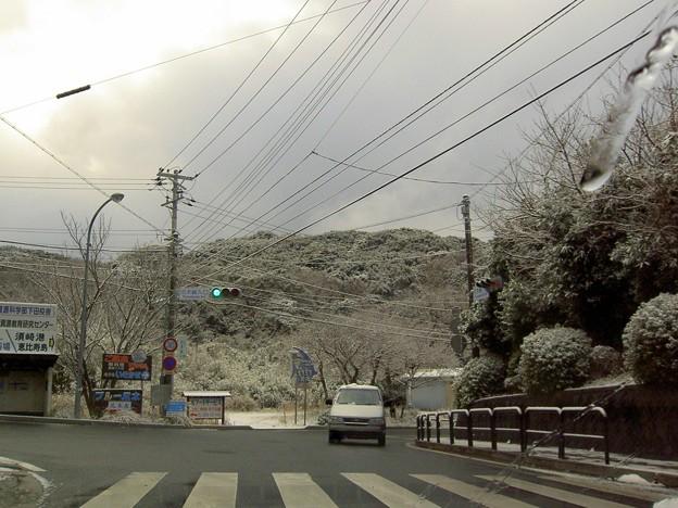爪木崎入口交差点の雪景色(静岡県下田市)