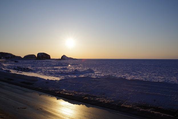 Photos: 流氷の海への日没