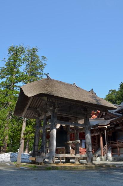 写真: 出羽神社・鐘楼と建治の大鐘