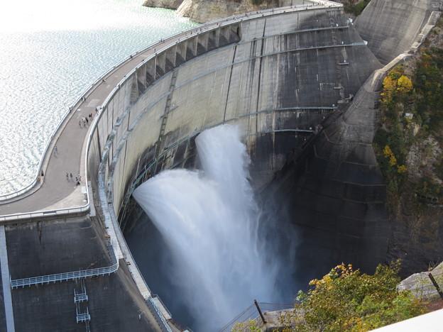 黒四ダム 湖と観光放水
