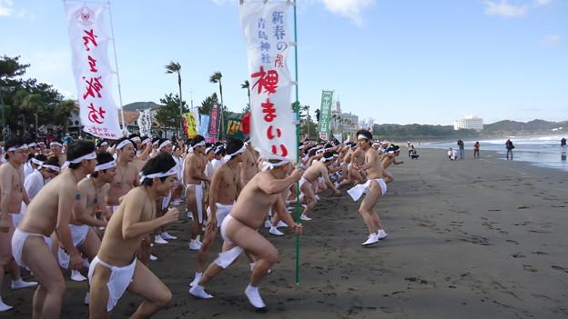写真: 平成25年新春の禊 青島神社 裸まいり1