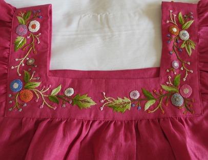 襟回りの刺繍
