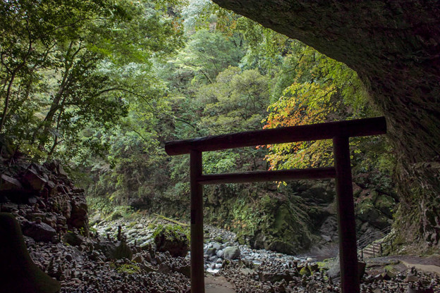 天安河原の洞窟の中から外へ